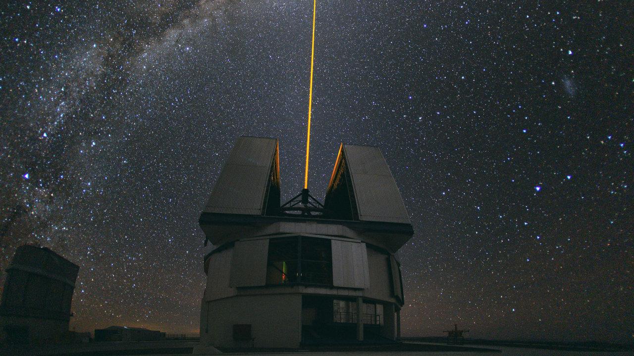 Snímek ukazuje laser vytvářející umělou hvězdu při pozorování středu Mléčné dráhy na dalekohledu VLT, který používal tým Reinharda Genzela pro svůj nobelovský objev.