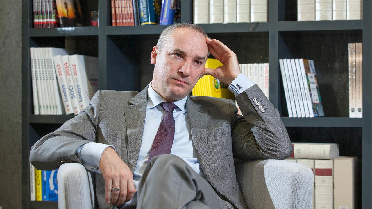 S těžkou hlavou. Poslanecký záměr zdanit loterijní společnosti 55 procenty dělá řediteli Sazky Robertu Chvátalovi starosti. Doufá, že ho sněmovna neschválí.
