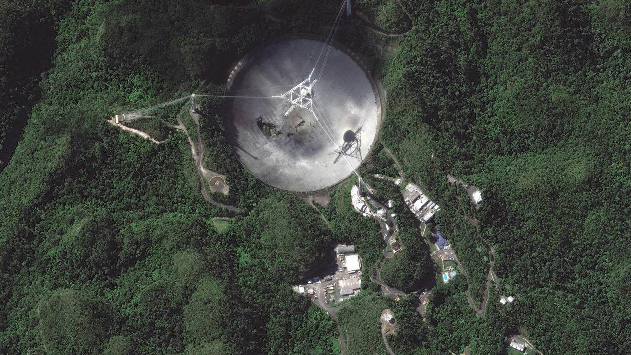 Radiový teleskop Arecibo bude vyřazen zprovozu. Četné havárie ho nevratně poškodily.