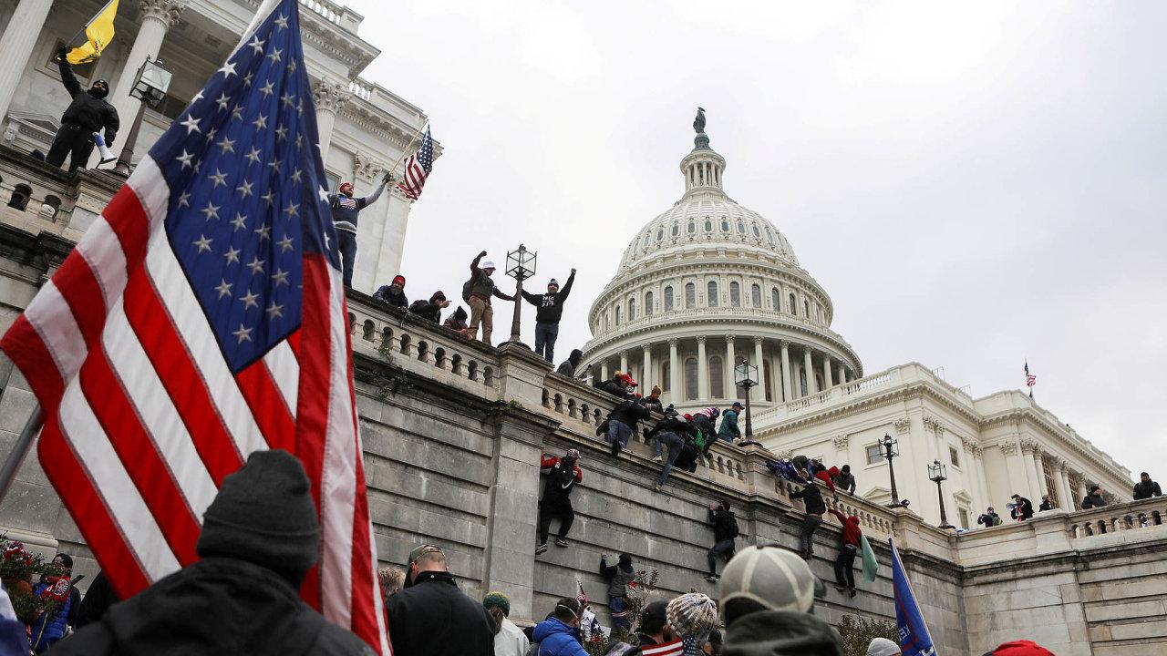Útok naKongres: Podle žaloby schválené Sněmovnou reprezentantů Donald Trump podněcováním útoku naKongres porušil ústavu aměl by být zpětně odvolán zfunkce.
