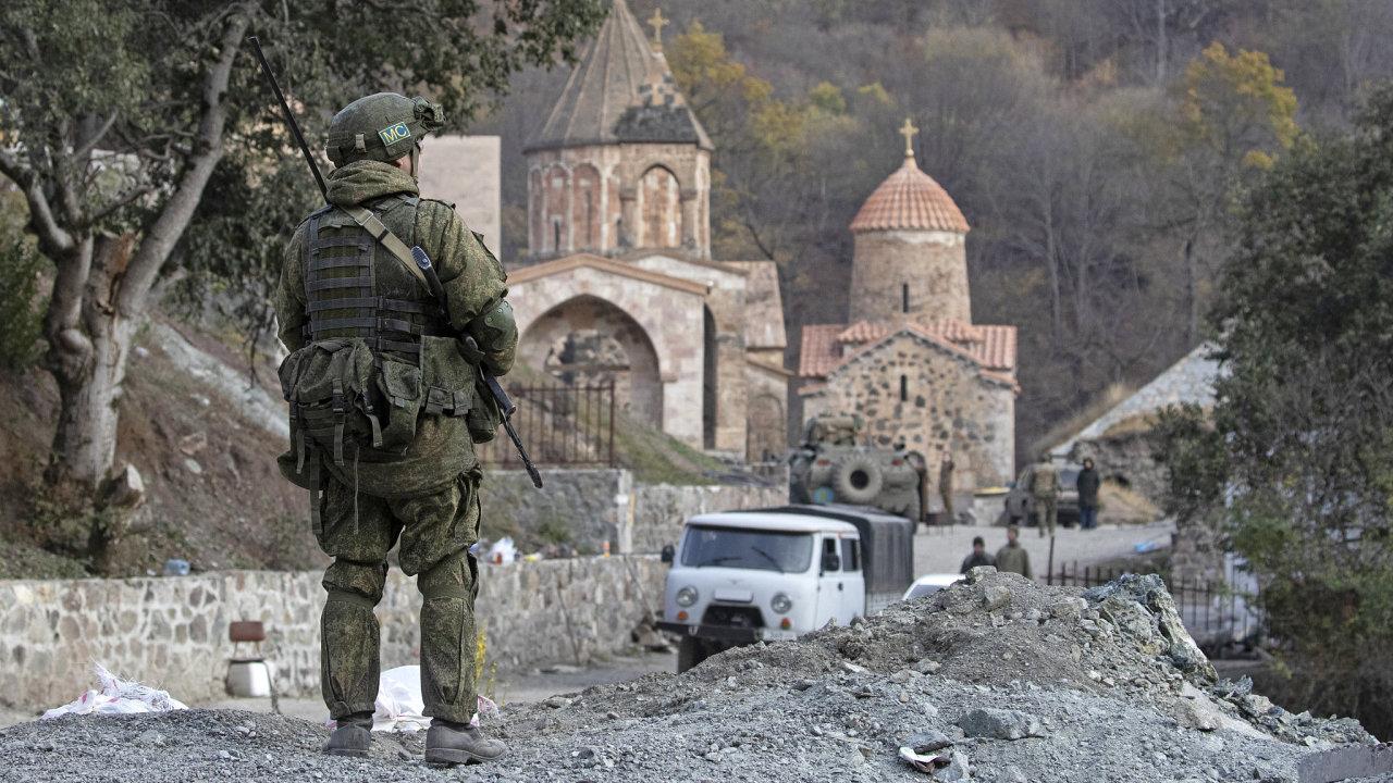 Arméni jsou jedním z nejstarších kulturních národů světa, křesťanství jako státní náboženství přijali v roce 301. Současnost je ale trpká a na mír v zemi dohlížejí Rusové.