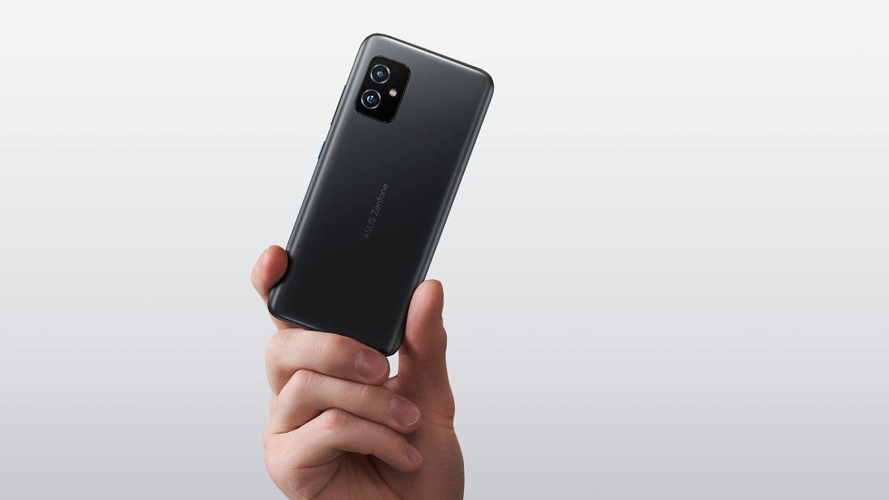 Zenfone 8 je kompaktní, ale i tak má šestipalcový displej a parádní výkon