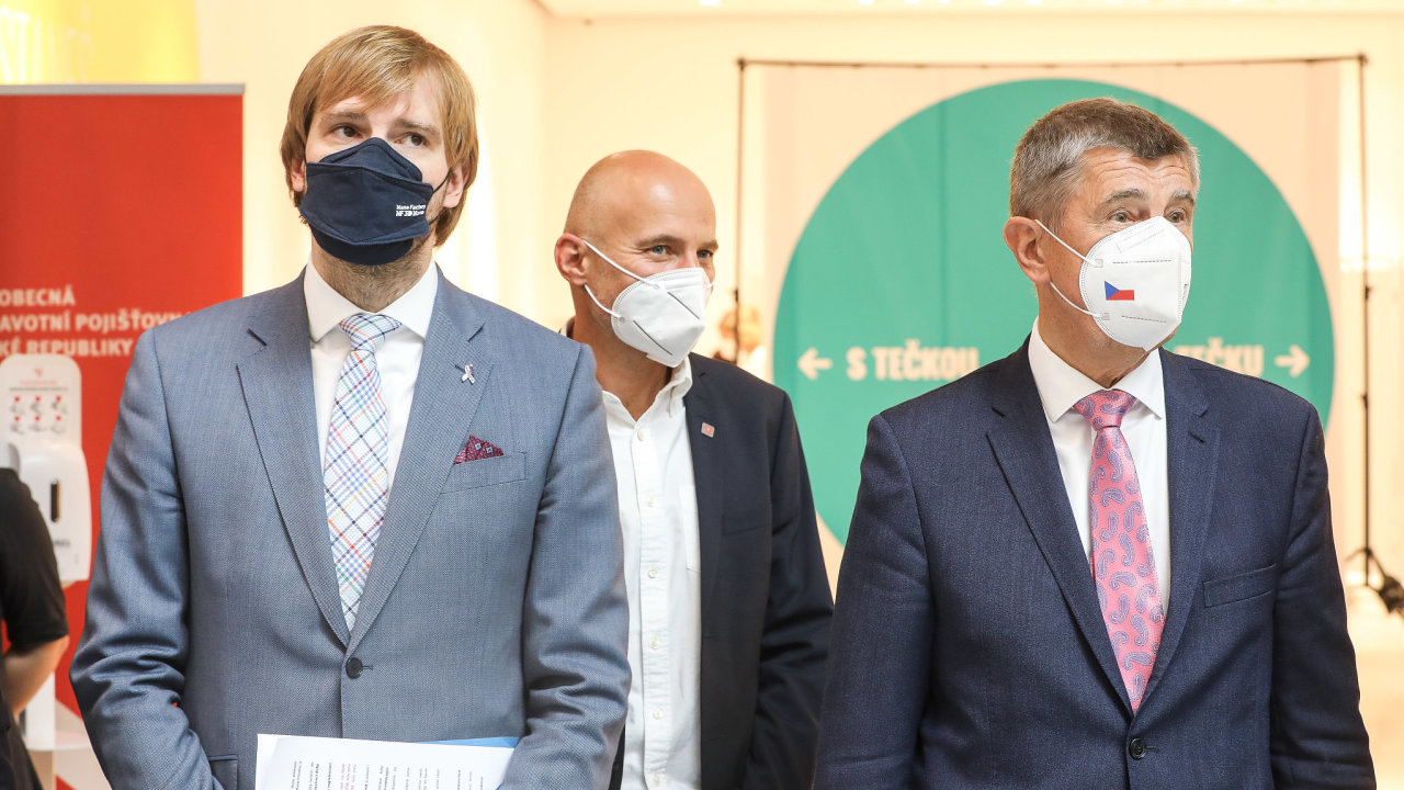 Informační brožura VZP obsahuje i fotografii premiéra Andreje Babiše (vpravo) a ministra zdravotnictví Adama Vojtěcha (vlevo).