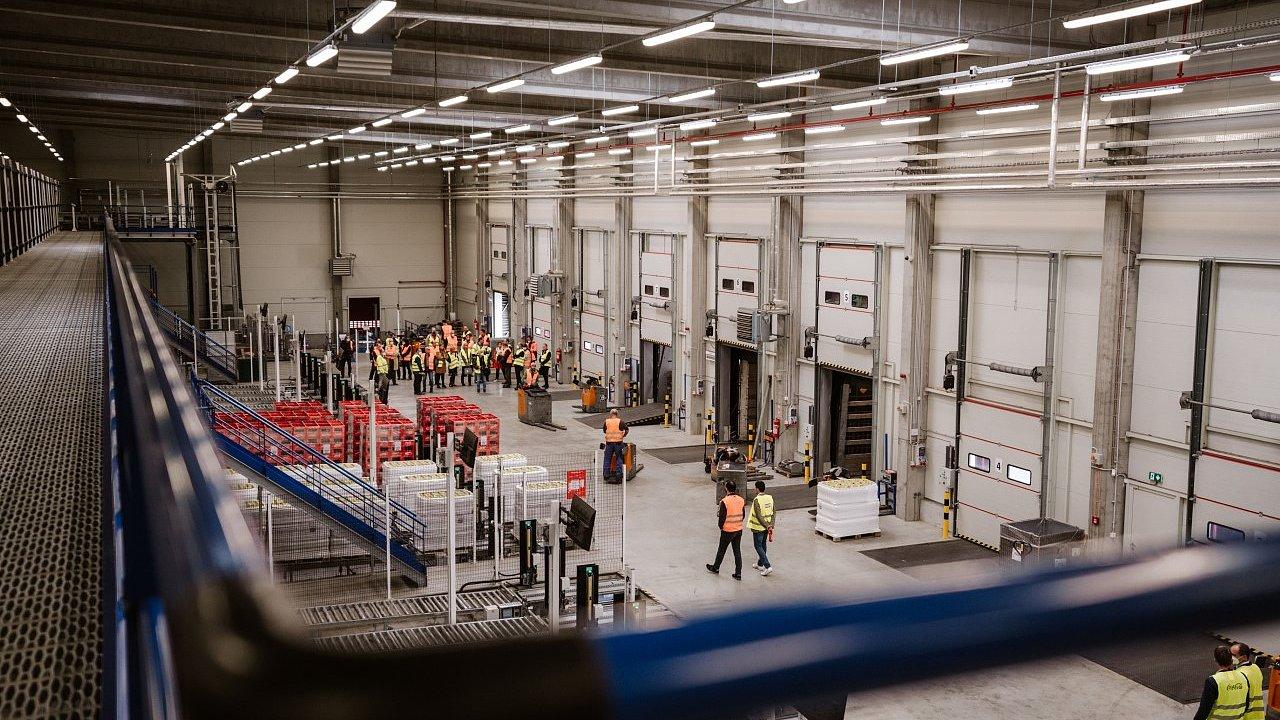 Přímé automatické napojení výrobní PET linky o kapacitě 72 palet za hodinu na nový sklad zajišťuje, že se lidé poprvé dotknou výrobků z této linky až v momentě nakládky na kamion.