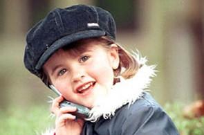 dítě s mobilem