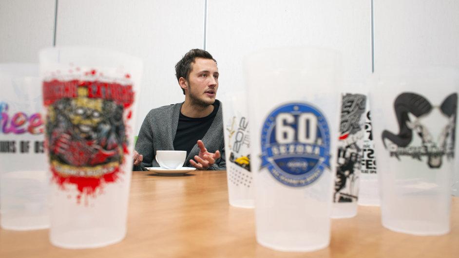 V čem mladí podnikají? Například Martin Hanák a jeho firma NickNack dodává vratné kelímky na festivaly a sportovní akce.