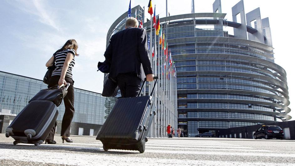 4000 úředníků v Bruselu má vyšší plat než Angela Merkelová
