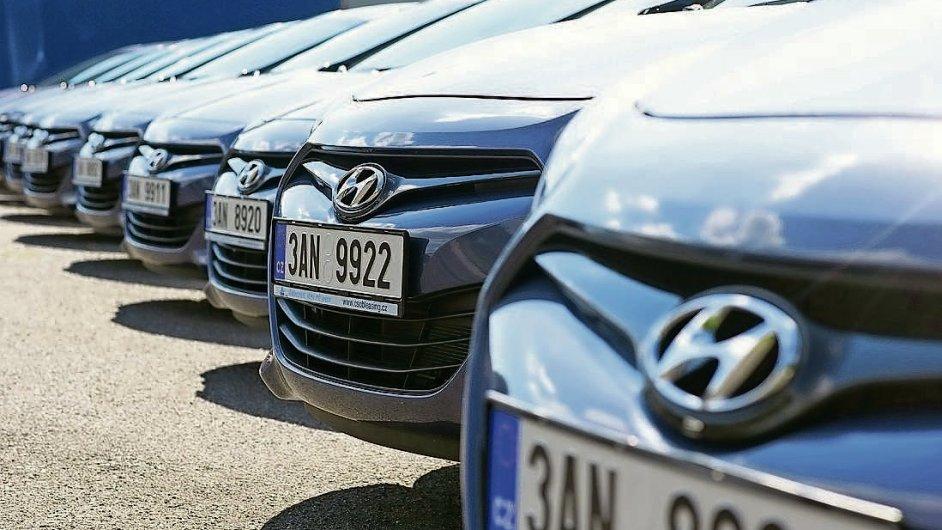 Pro manažery pošty. Prvních deset vozů Hyundai i30 určených pro manažery převzala Česká pošta ve středu (na snímku). Menší referentské vozy i20 budou následovat.