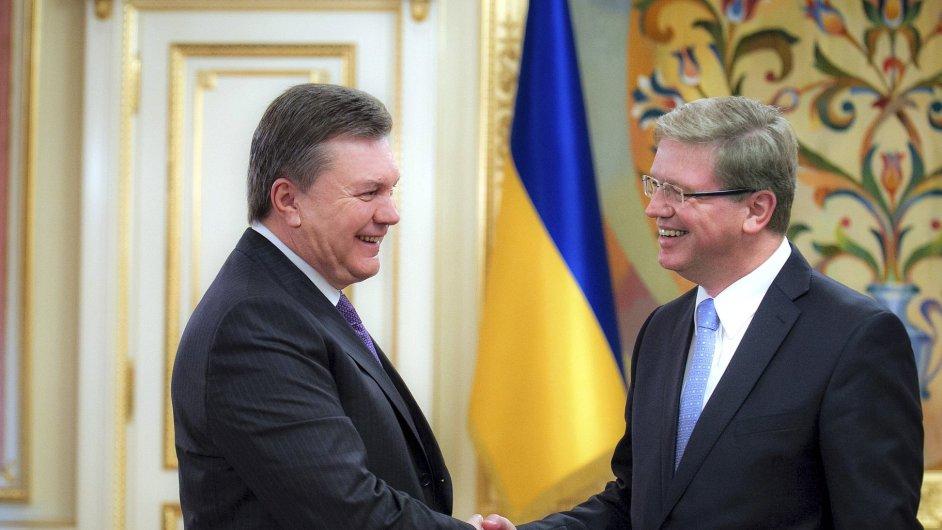 Ještě minulé úterý si Viktor Janukovyč (vlevo) třásl pravicí s eurokomisařem pro rozšíření EU Štefanem Fülem