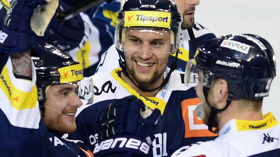 Autor rozhodujícího gólu Vítkovic Petr Kolouch (uprostřed) se raduje se spoluhráči z vítězství.