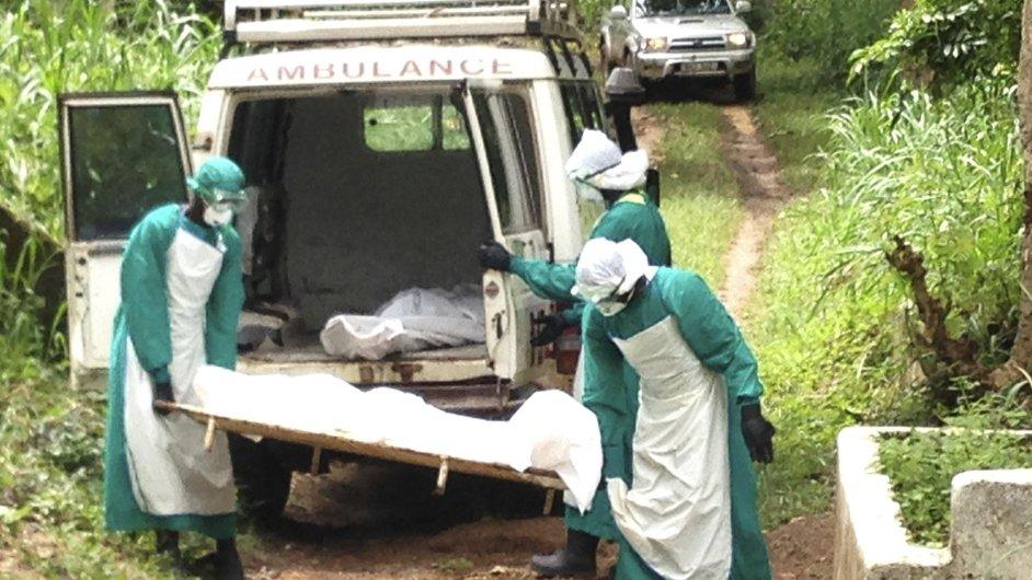 Zdravotníci odnášejí tělo jedné z obětí viru ebola v Sieře Leone.