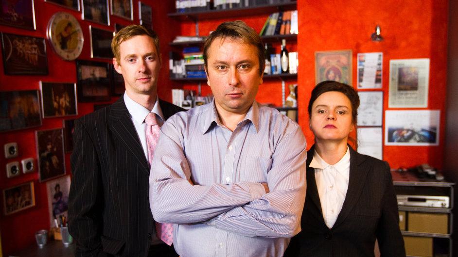 Hlavní postavou je fiktivní lobbista Tonda Blaník v podání Marka Daniela (uprostřed). Jeho tým hrají Halka Třešňáková (vpravo) a Michal Dale.