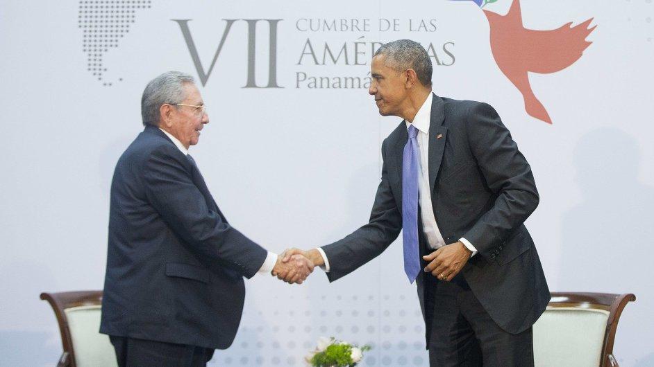 Americký prezident Barack Obama a kubánský prezident Raúl Castro na jednání v Panamě