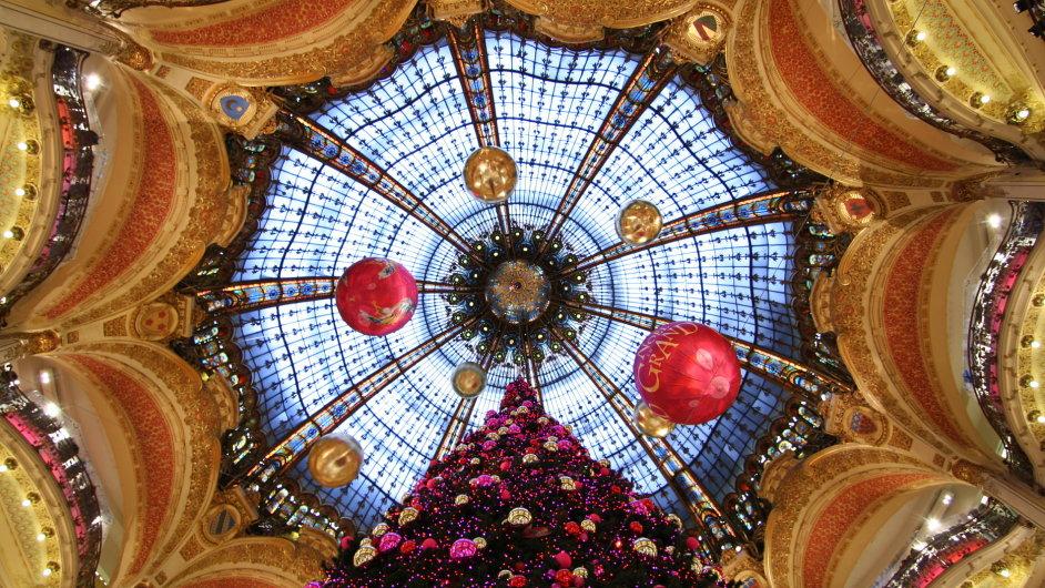 Vánoční výzdoba v pařížské galerii Lafayette.