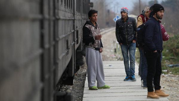Za stejnou cestu zaplat� nyn� uprchl�ci zhruba o 20 euro v�ce.