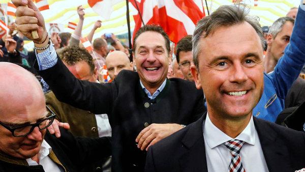 Norbert Hofer (vpravo) je favoritem prezidentských voleb, jeho stranický šéf Heinz-Christian Strache (uprostřed) se těší z problémů tradičních stran.