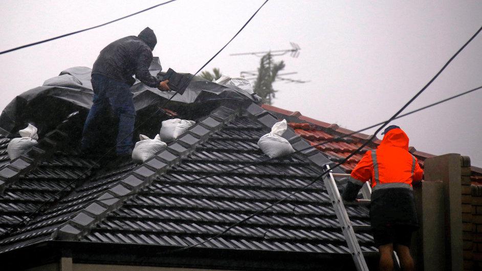 Silný vítr poničil střechy, voda zaplavila sklepy i auta.
