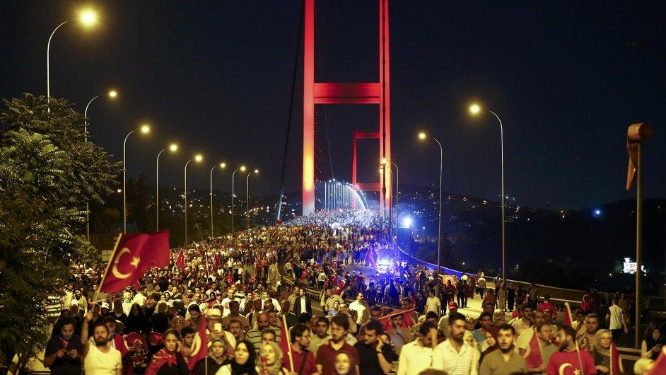 Na pomezí Evropy a Asie se v Istanbulu sešli lidé podporující prezidenta Erdogana a odsuzující pokus o převrat.