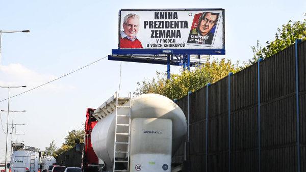 Zeman nabillboardech. Knihu prezidenta doprovází reklamní kampaň.