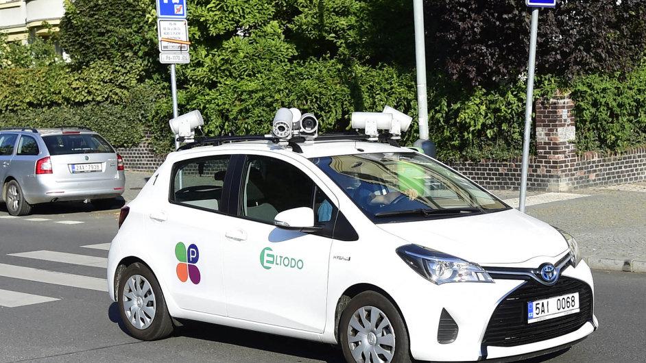 Technologie pro parkování: VPraze 6 stačí, aby ulicí projel vůz firmy Eltodo skamerami apřečetl registrační značky aut, ahned je jasné, která auta zaparkování nezaplatila.