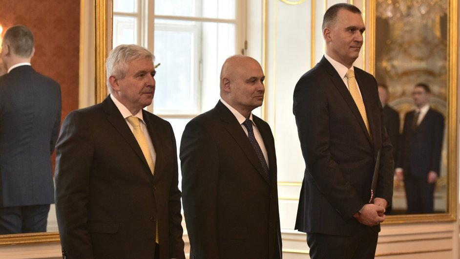 Prezident Miloš Zeman jmenoval novými členy bankovní rady České národní banky Oldřicha Dědka (uprostřed) a Marka Moru (vpravo).
