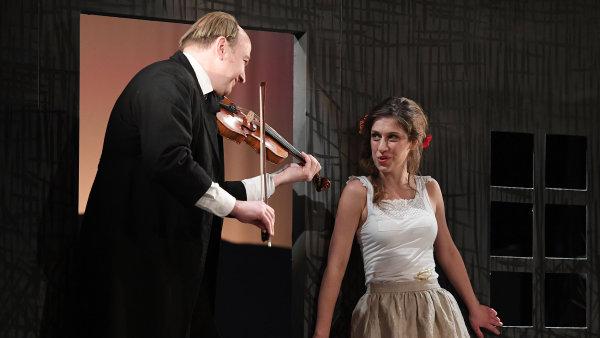 Na snímku ze zkoušky Lucerny jsou Jan Vondráček jako učitelský mládenec Zajíček a Marie Poulová v roli Haničky.