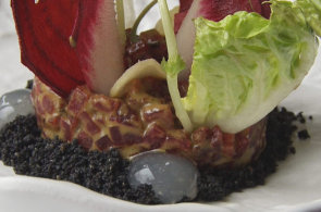 Podívejte se, jak v restauraci Bellevue připravují tatarák z grilované řepy a kozího sýru
