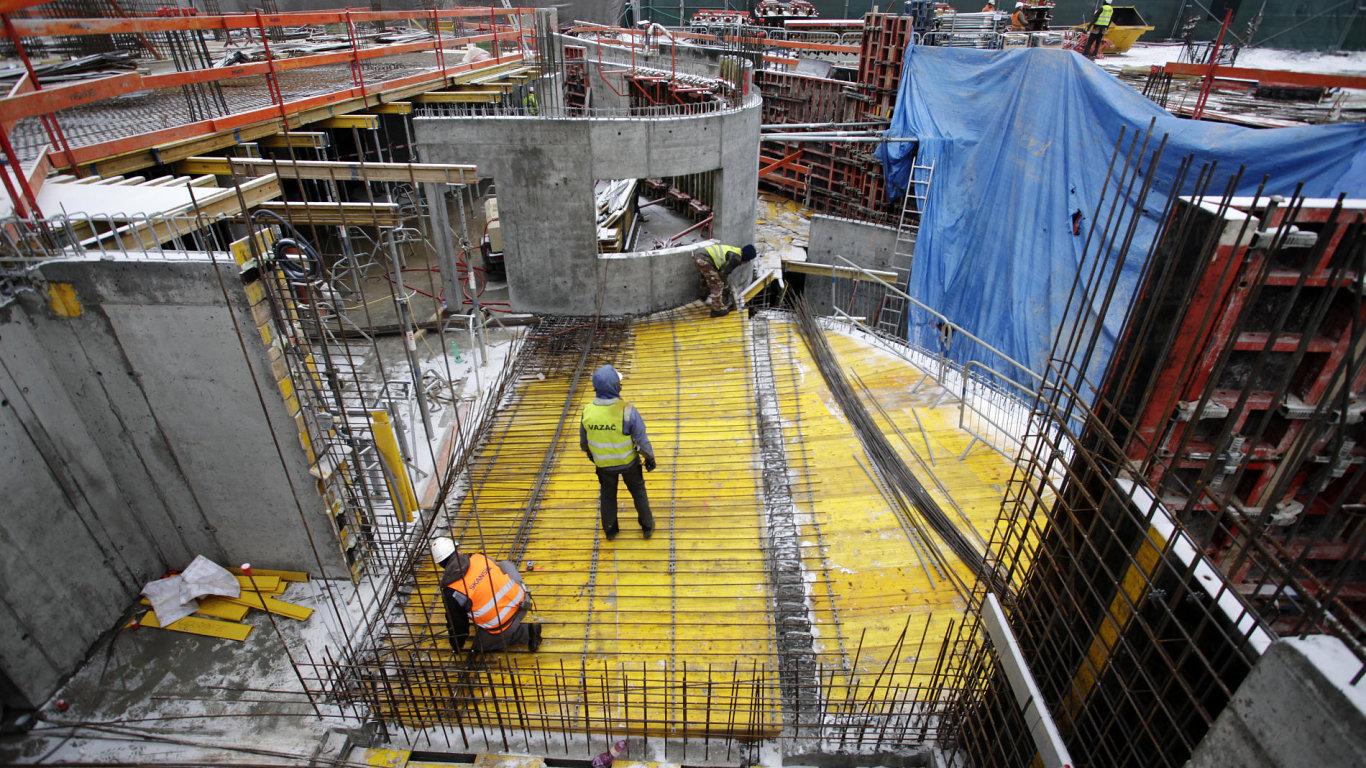 Byty se sice v Praze stále staví, ale projekty, které mají všechna potřebná povolení, developerům docházejí.