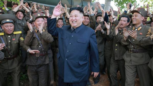Úplatky v podobě dodávek potravin a zboží do Severní Koreje, aby zastavila jaderný program, nefungovaly. Diktátor Kim Čong-un testuje zbraně stále intenzivněji.