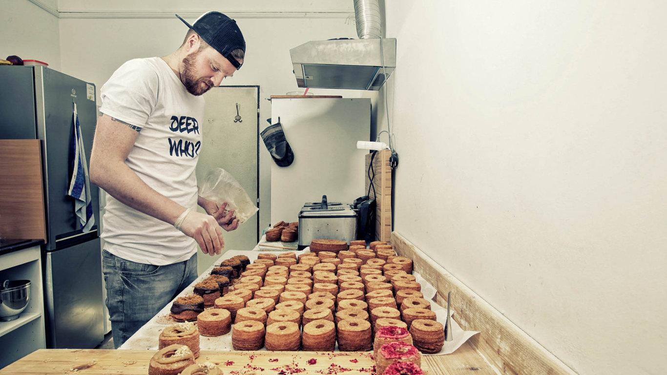 Svou nabídku v jelení Oh Deer Bakery Lukáš Vašek ustálil na třech druzích croblih: s nutelou a karamelovým krémem, malinových s citronovou náplní a kombinaci arašídového másla a marmelády.