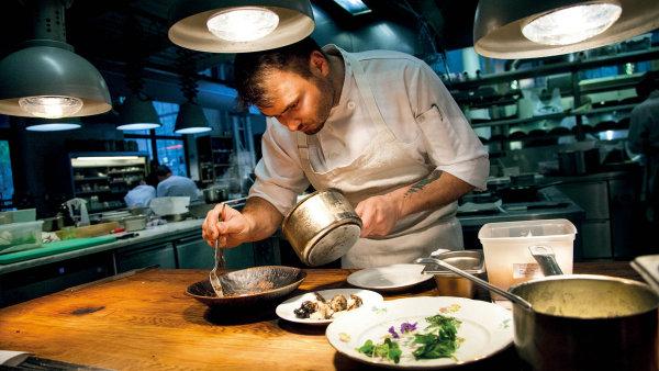 Martin Štangel, šéfkuchař restaurace Eska, připravuje pokrmy s vytříbenou pečlivostí.