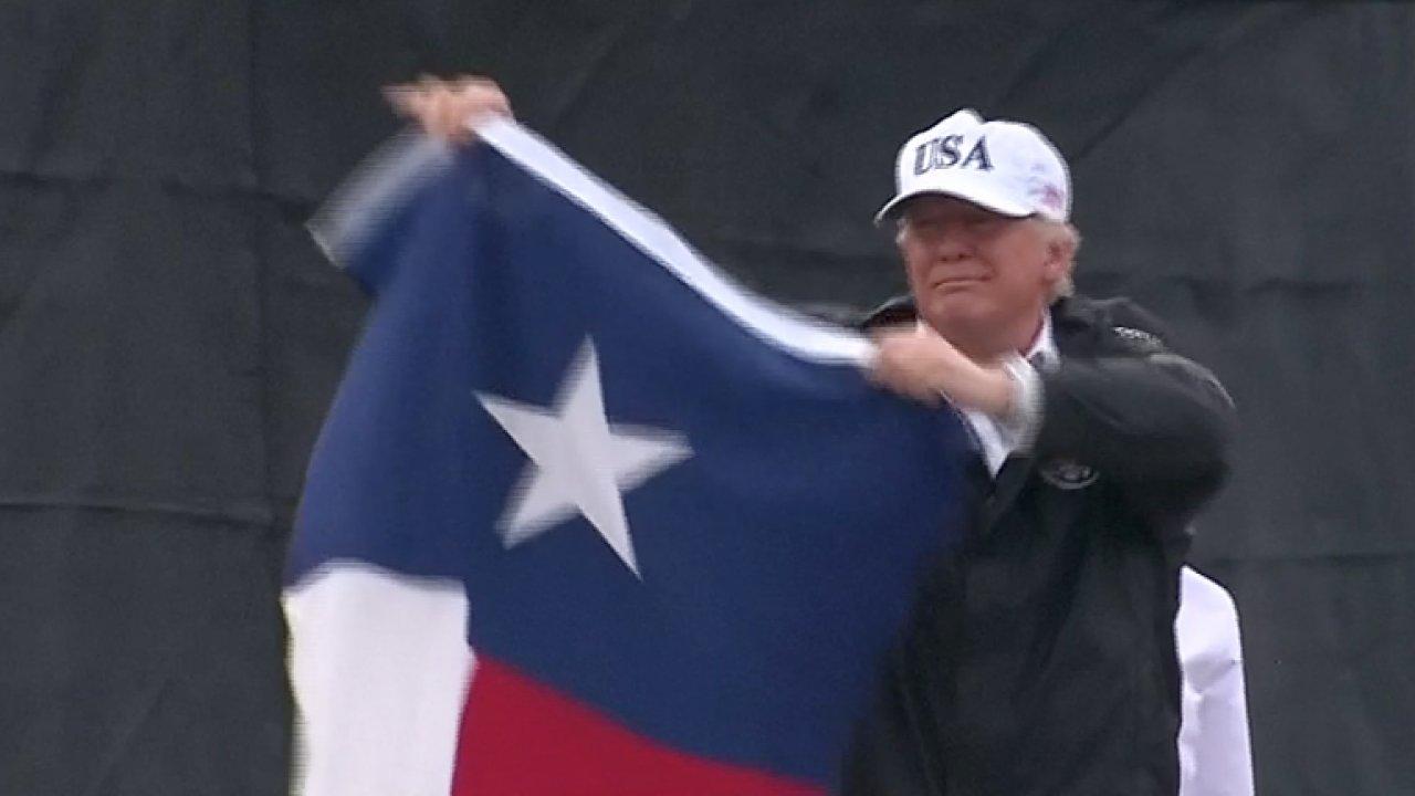 Povodně jsou epické. Texas zvládne cokoliv, hlásal Trump a mával vlajkou státu