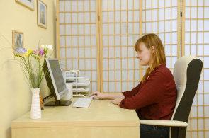 Jak zdravě pracovat? Odborníci radí střídat sezení se stáním
