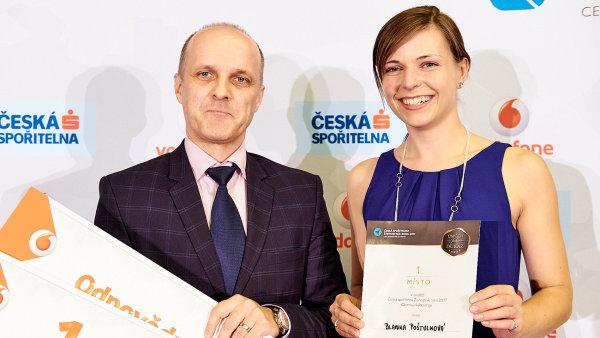 """Ředitel společnosti Cidem Tomáš Vavřík a """"tvarůžková"""" cukrářka Blanka Poštulková."""