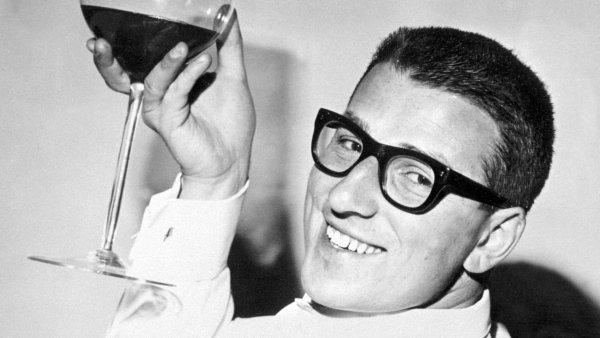 Ve věku 80 let zemřel 7. listopadu 2017 zpěvák, herec, konferenciér a scenárista Karel Štědrý. Štědrý patřil k hlavním představitelům slavné éry české populární hudby 60. let.