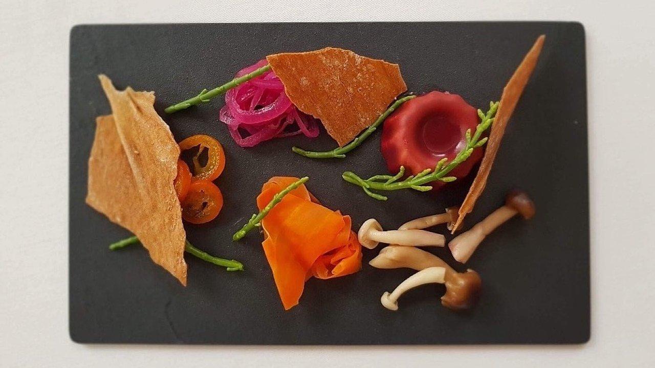 Parfait z foie gras, červená řepa, kunquat, shimeji