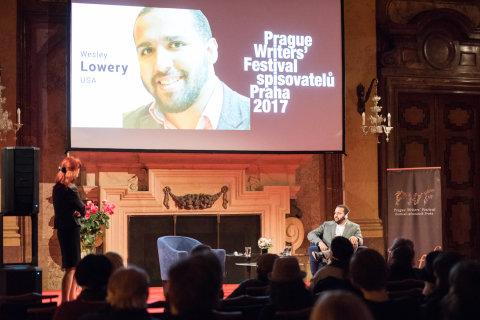 Snímek z debaty s novinářem Wesleym Lowerym na Festivalu spisovatelů Praha.