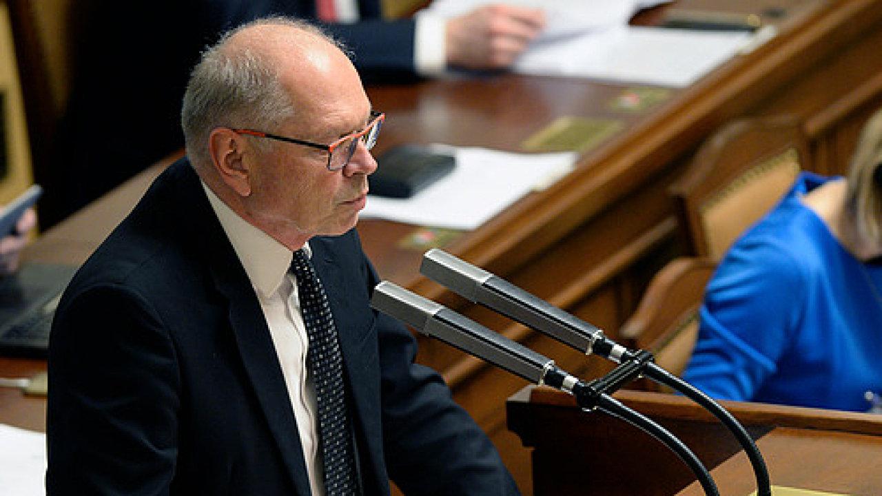Ministr financí Ivan Pilný obhajuje před poslanci návrh stáního rozpočtu na příští rok.
