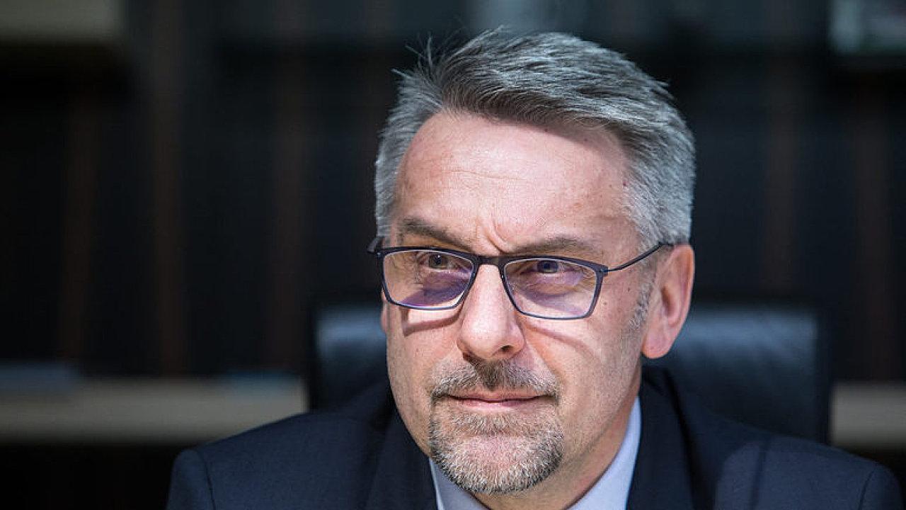 Proč má skončit šéf civilní rozvědky Šašek? Ministr vnitra mluví o situaci v tajné službě.