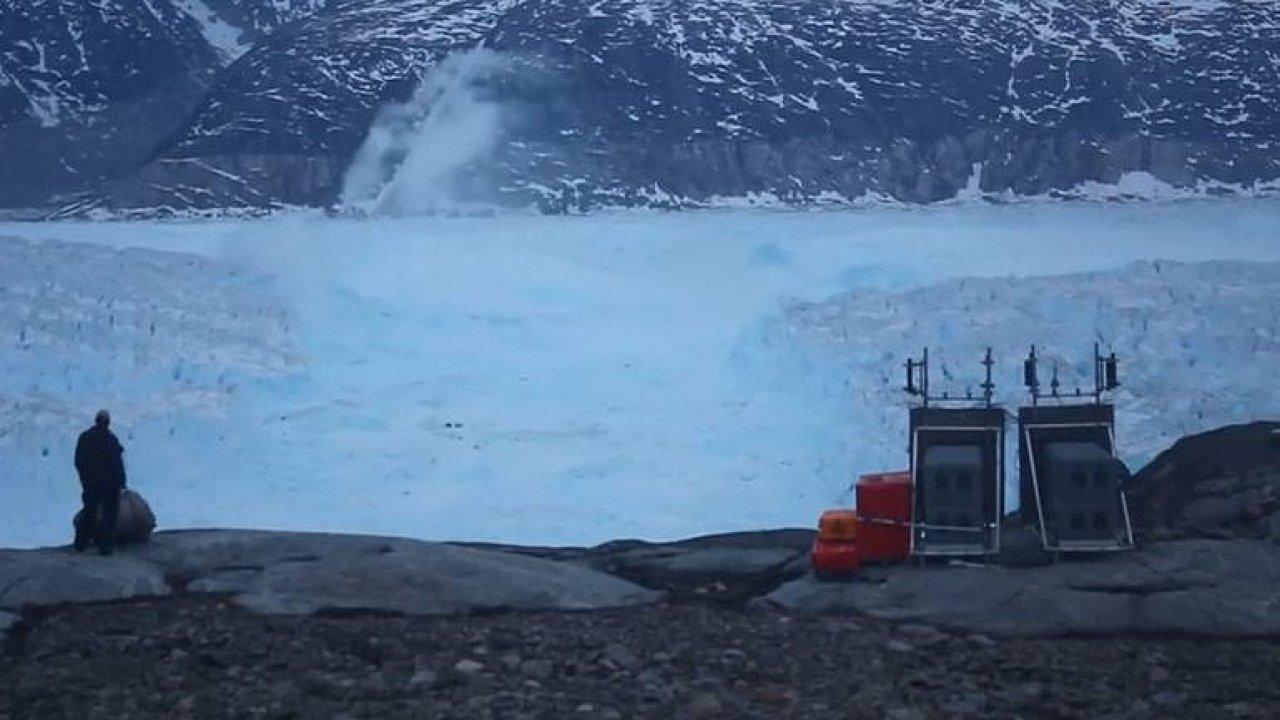 Lámání obřího ledovce. Ohromující podívanou zachytili vědci v Grónsku
