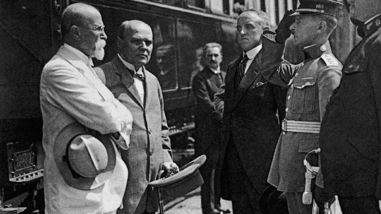 Spolu s prezidentem Tomášem Garriguem Masarykem (vlevo) patřil Švehla (druhý zleva) k politikům, kteří po první světové válce vybudovali Československou republiku.