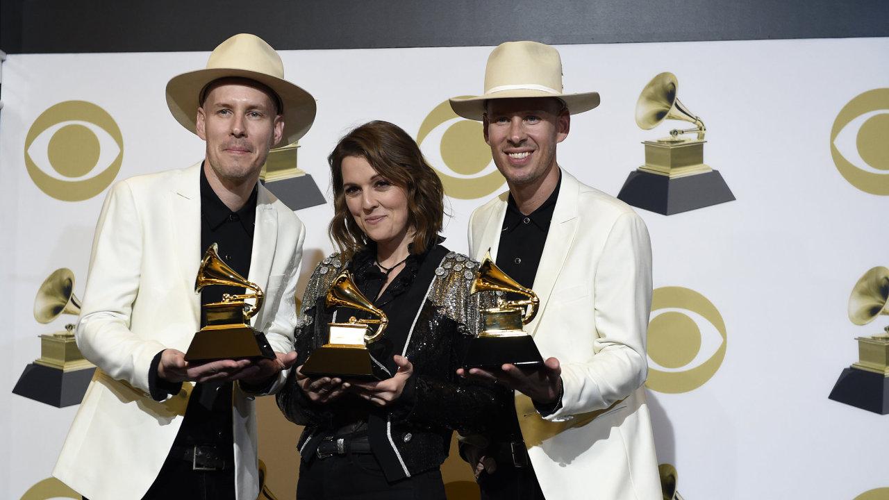 """Brandi Carlileová získala několik cen Grammy, jednu z nich za nejlepší americké album za desku """"By The Way, I Forgive You"""". Na snímku z předávání pózuje se svými bratry."""