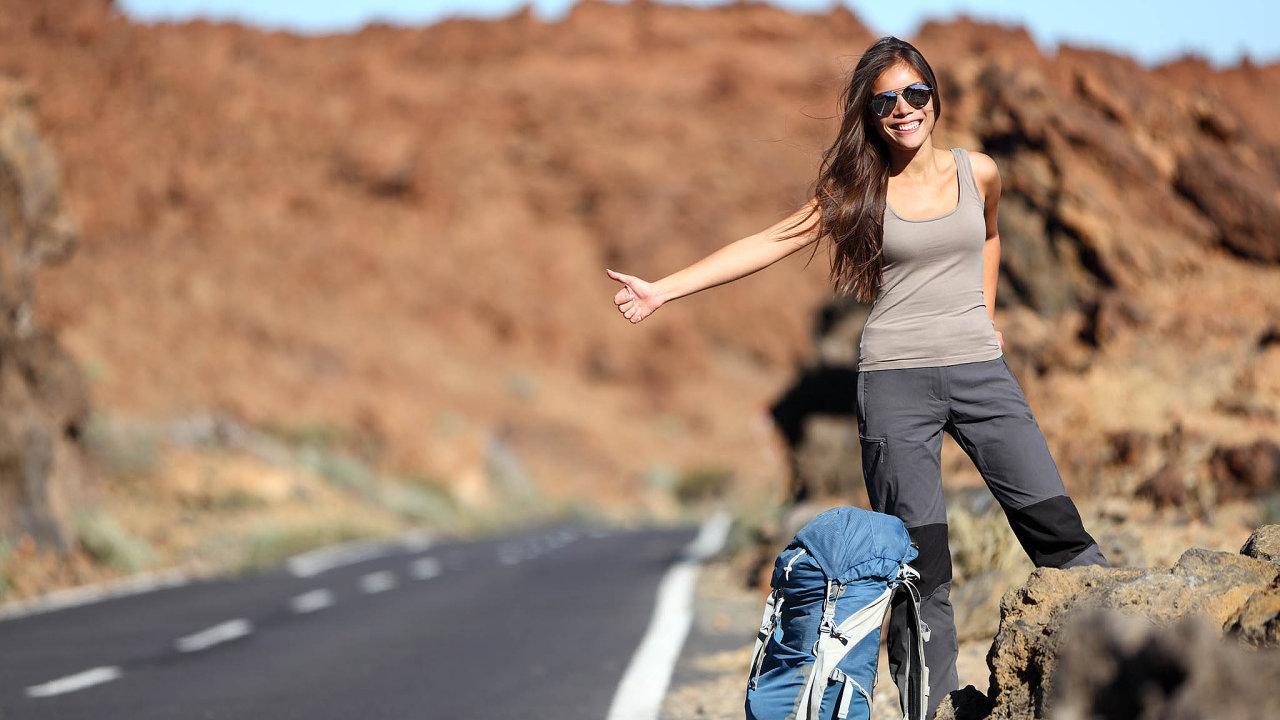 Stopování s batohem a se spacákem dnes už u mladých lidí není tak běžné, preferují pohodlnější způsob cestování.