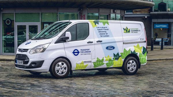 Londýnské studie se zúčastnilo 20 hybridních dodávkových vozidel Ford Transit.