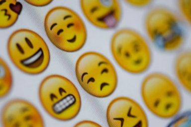 Emoji jsou obrázky, které slouží nejčastěji kvyjadřování emocí. Obyčejný smajlík, který značí veselí adobrou náladu, tu může mít desítky podob.
