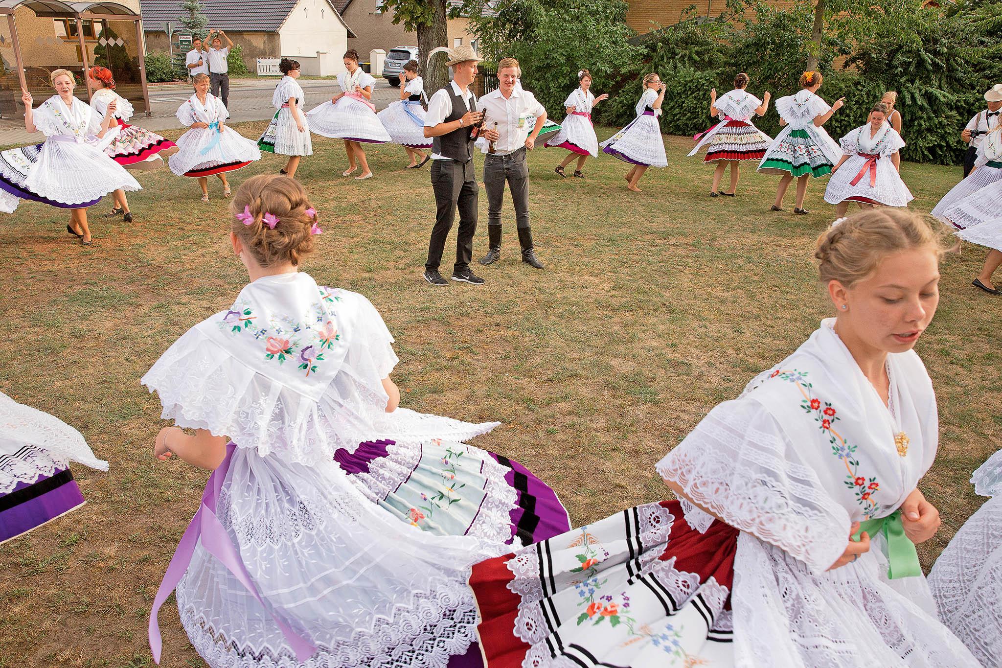 Dívky tančí vdolnolužické obci Tauer. VDolní Lužici mají jiné zvyky než vHorní, tam nalapanje kokota nenarazíte.