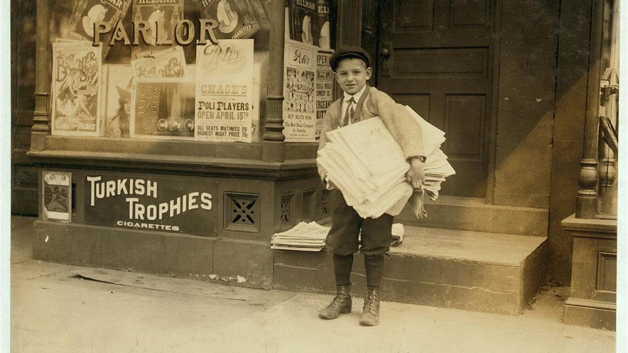 Desetiletý Hyman Lapcoff prodává noviny ve Washingtonu, D.C. Duben 1912.