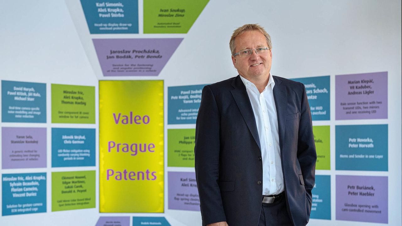 Leoš Dvořák stojí před tabulí spatenty, které vznikly zapřispění pražského vývojového centra firmy Valeo, jež řídí.