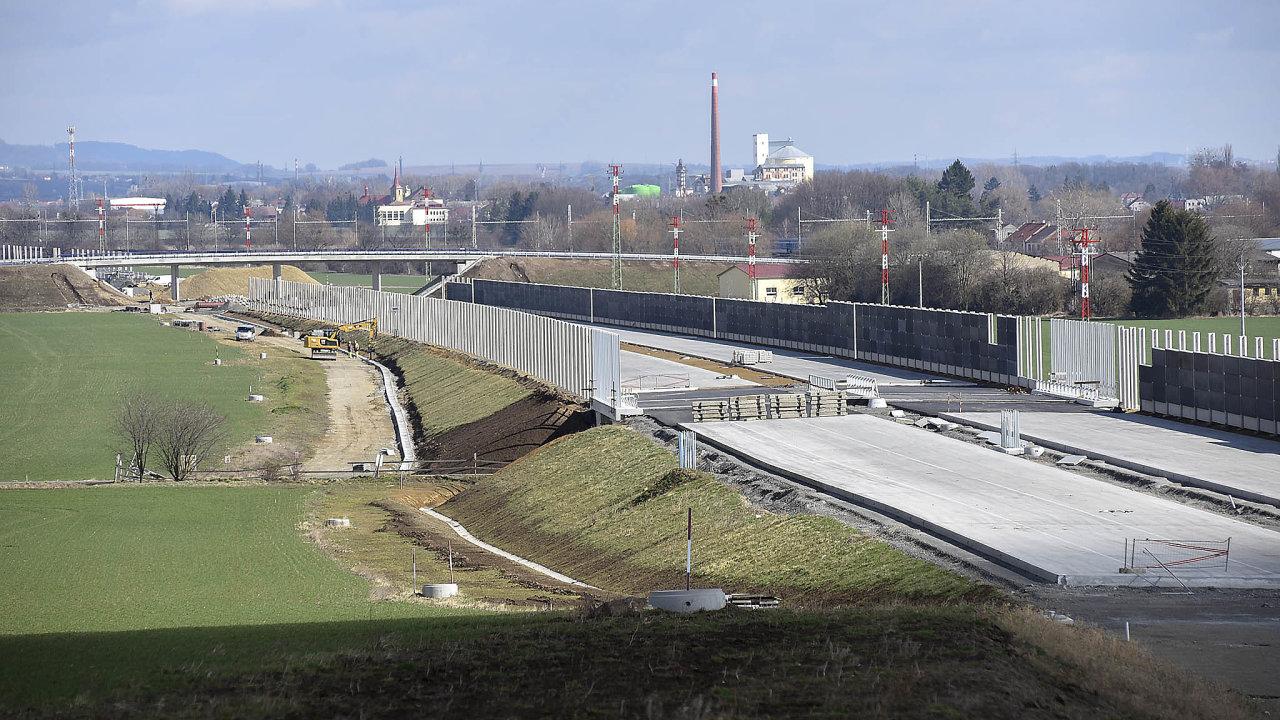 Pro výši schodku rozpočtu jsou klíčové zejména investice do dopravních staveb. Na snímku část stavby dálnice D1 v Popovicích u Přerova.