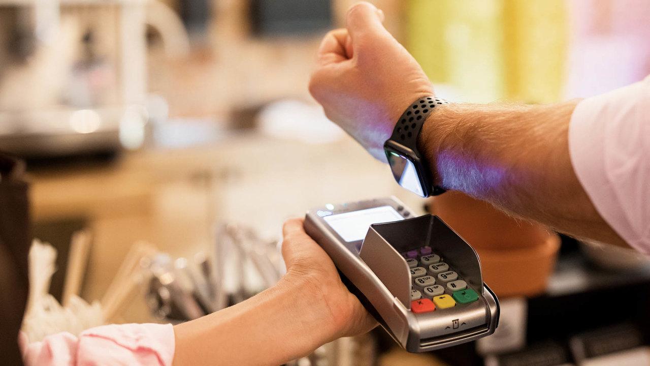Platba telefony nebo hodinkami je stále oblíbenější, k čemuž přispěly mimo jiné irůzné mobilní peněženky, například Google Pay nebo Apple Pay. Ty už podporují iněkteré bankovní domy vČesku.